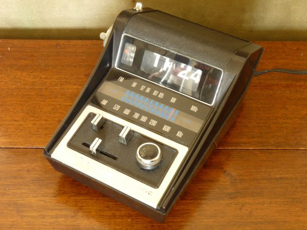 Unusual Auritone AM/FM Flip Clock Radio